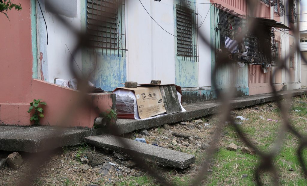 Un Ataúd afuera de un bloque de apartamentos en Guayaquil, 2 de abril de 2020.Filiberto Faustos / AP