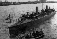 El escorado y humeante torpedero USS Winslow fue remolcado derrotado fuera de la bahía. Foto: El Gran Capitán