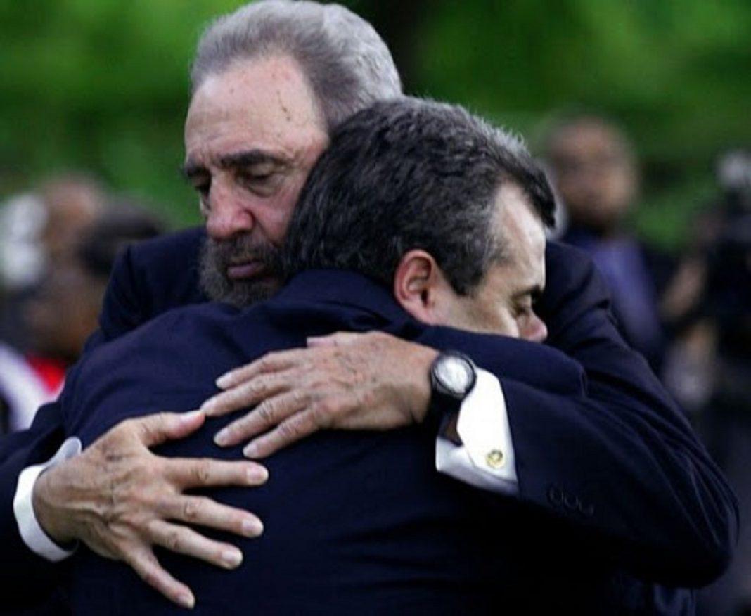 Fidel estrecha en un abrazo a Carlos Alberto Cremata